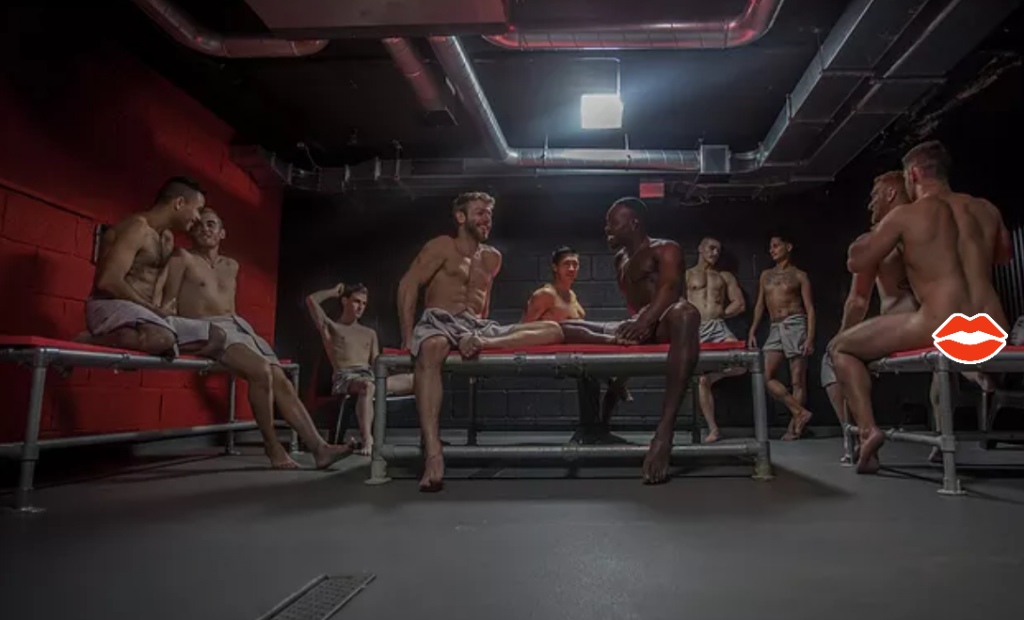 Фоторепортаж из спортзала, куда геи ходят совершенно голые